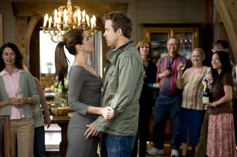 Sandra Bullock e Ryan Reynolds in una scena della commedia Ricatto d'amore