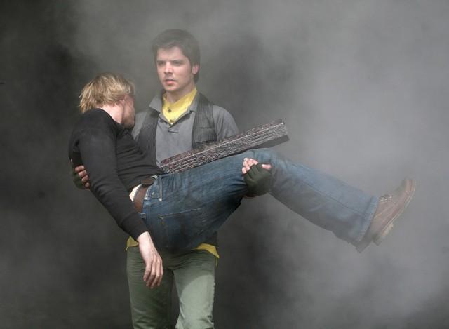Andrew Lee Potts e Douglas Henshall nell'episodio 3 della stagione 3 di Primeval