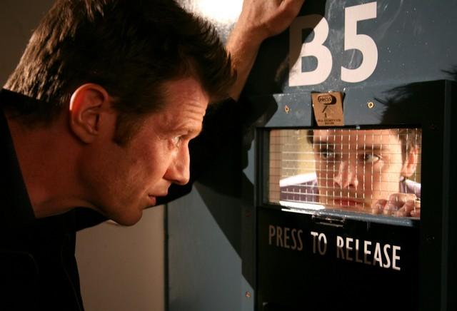 Andrew Lee Potts e Jason Flemyng nell'episodio 2 della stagione 3 di Primeval