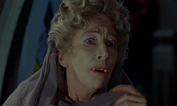 Martita Hunt in una scena del film Le spose di Dracula