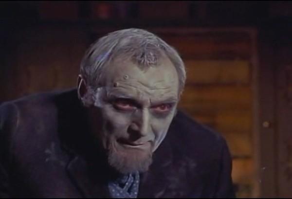 Michael Goodliffe in una scena del film Lo sguardo che uccide