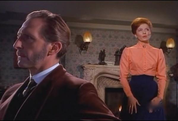 Peter Cushing con Barbara Shelley in una scena del film Lo sguardo che uccide