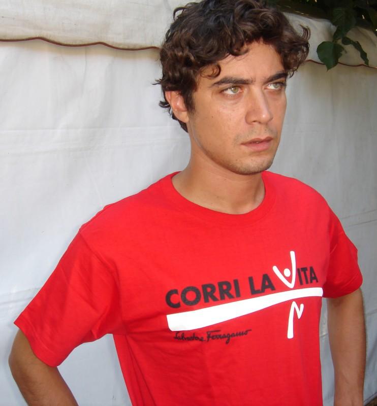 Riccardo Scamarcio in t-shirt rossa