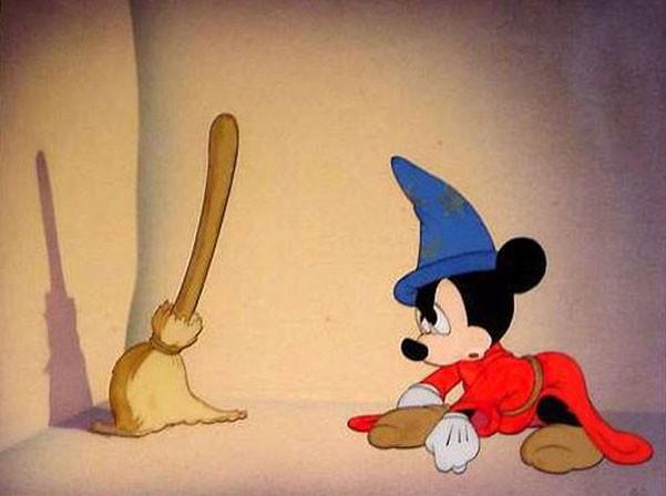Topolino cerca di animare la scopa nel celebre episodio de L'apprendista stregone in Fantasia