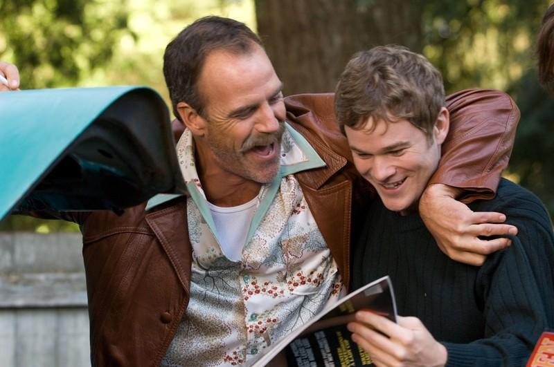 Aaron Ashmore e Richard Burgi in una scena del film 'The Christmas Cottage'