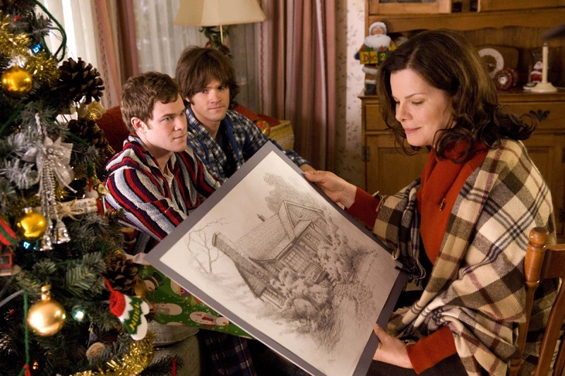 Aaron Ashmore, Jared Padalecki e Marcia Gay Harden in una scena del film 'The Christmas Cottage'
