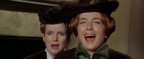 Barbara Shelley e Suzan Farmer spaventate nel film Dracula principe delle tenebre
