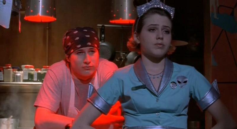 Brendan Fehr e Majandra Delfino al Crashdown cafè nell'episodio 'Follia' di Roswell