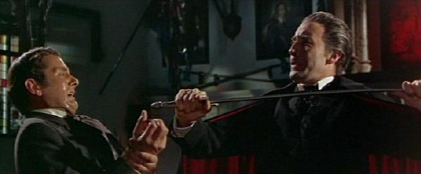 Christopher Lee e Francis Matthews in una scena del film Dracula principe delle tenebre