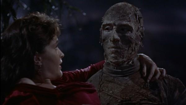 Christopher Lee e Yvonne Furneaux in una scena del film La mummia