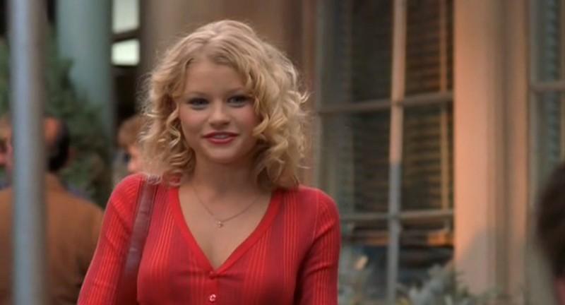L'arrivo di Emilie de Ravin (Tess Harding) a Roswell nell'episodio 'Follia' di Roswell