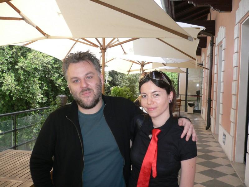 La nostra lettrice Laura Pozzi, vincitrice del concorso per l'anteprima di Martyrs, posa con il regista del film Pascal Laugier