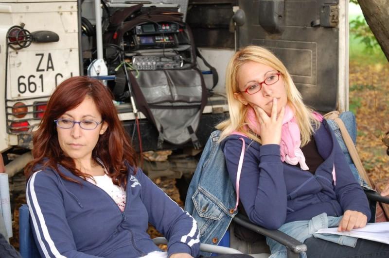 Le registe Barbara e Monica Sgambellone sul set del loro film Tutti intorno a Linda