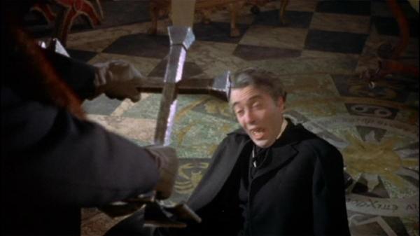 Peter Cushing affronta Christopher Lee in una scena del film Dracula il vampiro