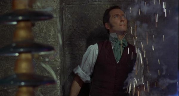 Peter Cushing in una sequenza del film La rivolta di Frankenstein