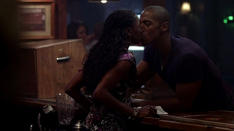 Rutina Wesley e Mehcad Brooks si baciano in una scena dell'episodio 'Nothing But The Blood' della seconda stagione della serie True Blood