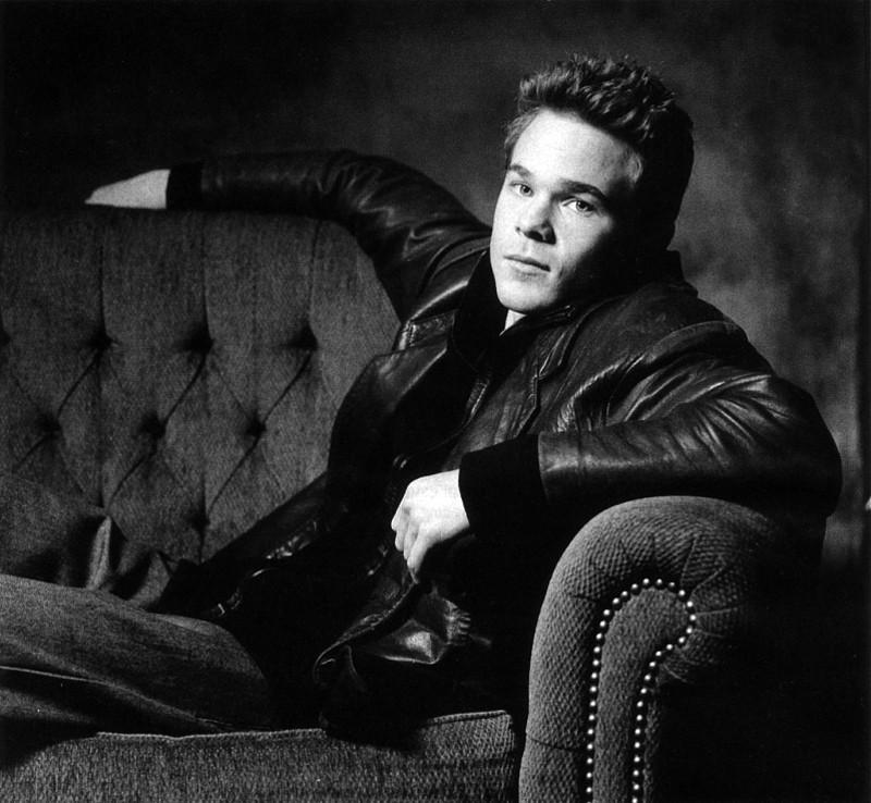 Shawn Ashmore in una foto promozionale in bianco e nero
