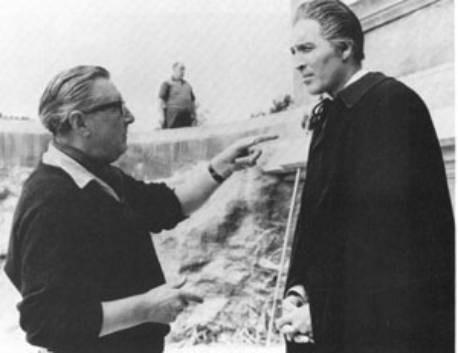 Terence Fisher dirige Christopher Lee sul set del film Dracula il vampiro
