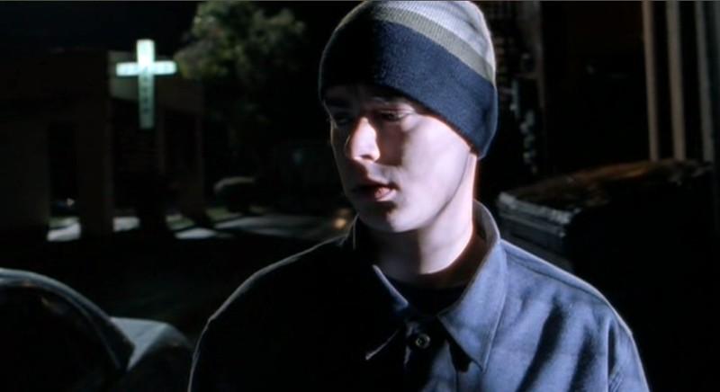 Uno spaventato Alex (Colin Hanks) nell'episodio 'Follia' di Roswell