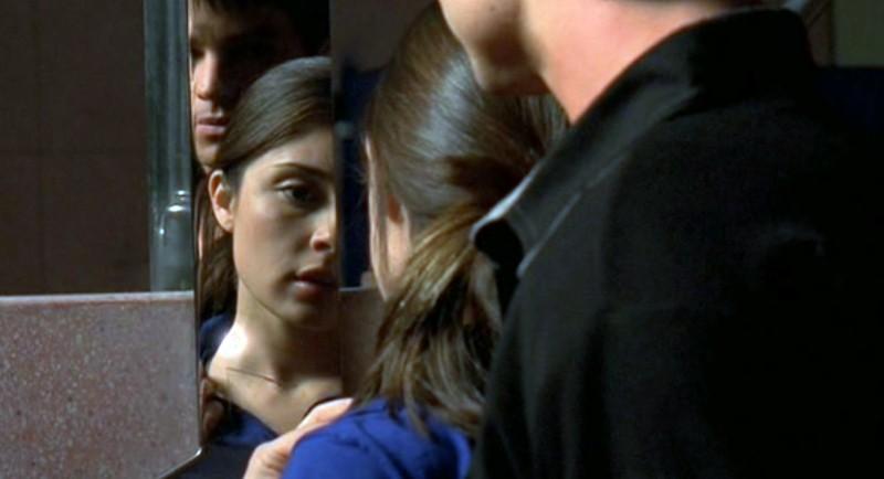 Uno strano segno sul collo di Liz (Shiri Appleby) nell'episodio 'Amore alieno' di Roswell