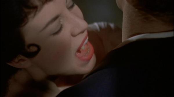 Valerie Gaunt morde John Van Eyssen in una scena del film Dracula il vampiro