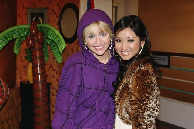 Brenda Song e Miley Cyrus nell'episodio Super(stitious) Girl di Hannah Montana