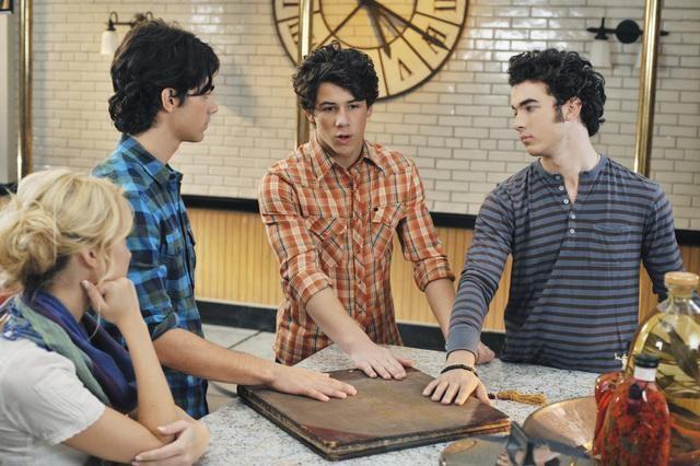 Chelsea Staub ed i Jonas Brothers in una scena dell'episodio Slice of Life della serie Jonas.