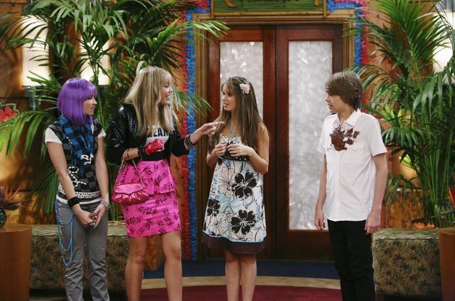 Cole Sprouse, Emily Osment, Debby Ryan e Miley Cyrus in una scena dell'episodio Super(stitious) Girl di Hannah Montana