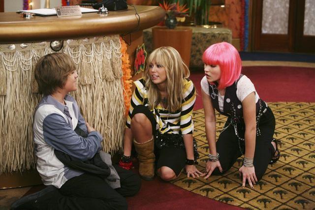 Cole Sprouse, Emily Osment e Miley Cyrus in una scena dell'episodio Super(stitious) Girl di Hannah Montana