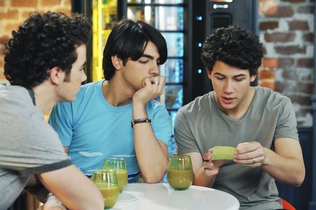 I Jonas Brothers in una scena dell'episodio Band's Best Friend della serie Jonas