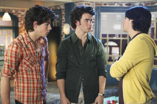 I Jonas Brothers in una scena dell'episodio Groovy Movies della serie TV Jonas