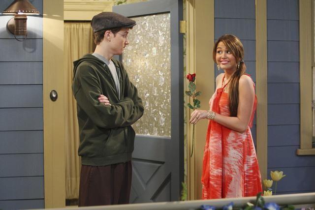 Miley Cyrus e Nate Hartley in un momento dell'episodio Promma Mia di Hannah Montana