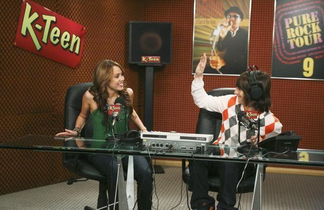 Mitchel Musso e Miley Cyrus in una scena dell'episodio Miley Hurt the Feelings of the Radio Star di Hannah Montana