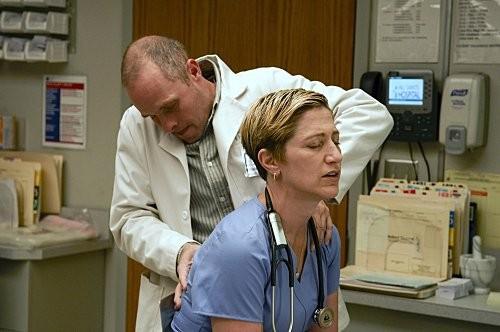 Peter Schulze ed Edie Falco in una scena dell'episodio Sweet-N-All di Nurse Jackie