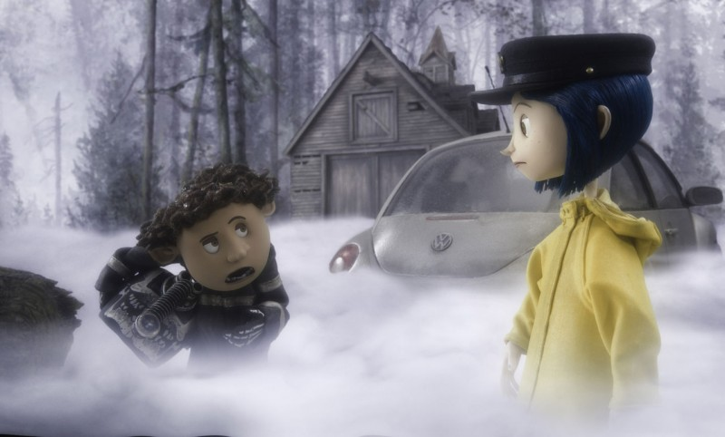 Una scena immersa nella nebbia del film d'animazione Coraline e la porta magica