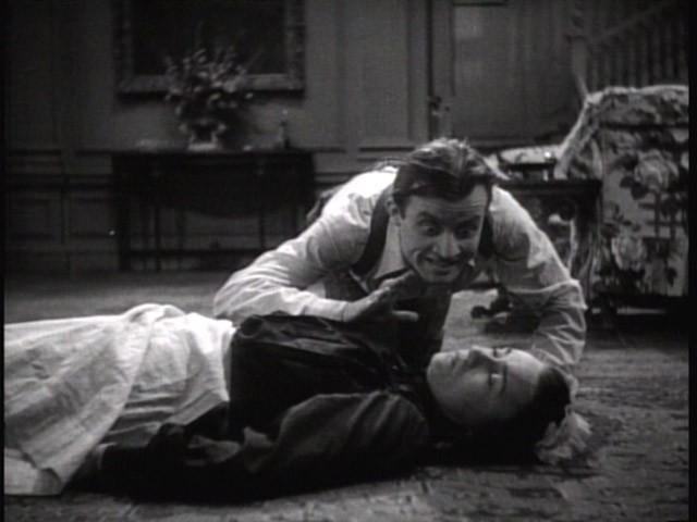 Dwight Frye e Moon Carroll in una scena del film Dracula