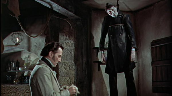 Peter Cushing in una scena macabra del film La maschera di Frankenstein