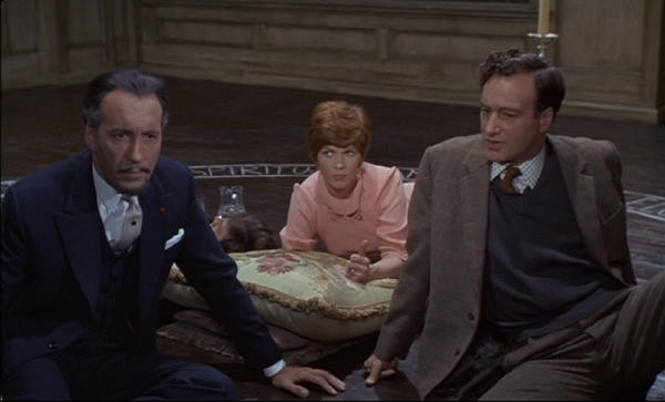 Christopher Lee con Sarah Lawson e Paul Eddington in una scena del film The Devil Rides Out