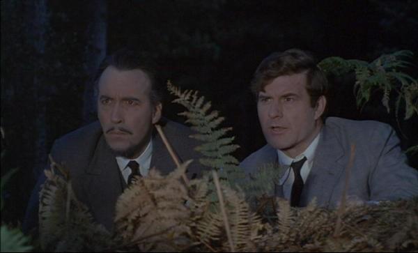 Christopher Lee e Leon Greene in una scena del film The Devil Rides Out