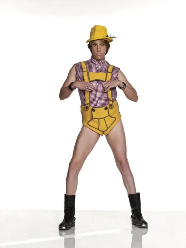 giallo e tirolese, uno dei tanti cambi d'abito di Sacha Baron Cohen nei panni di Brüno