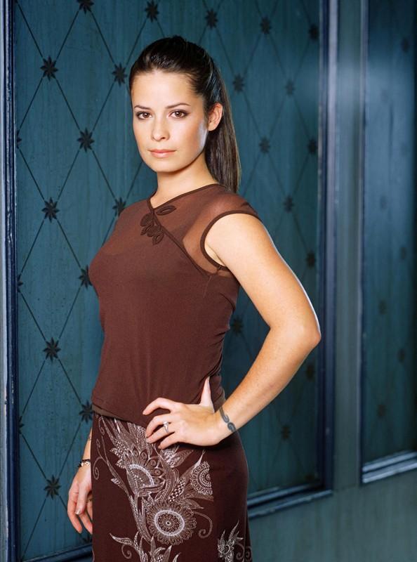 Holly Marie Combs in un'immagine promo della stagione 2 di Streghe
