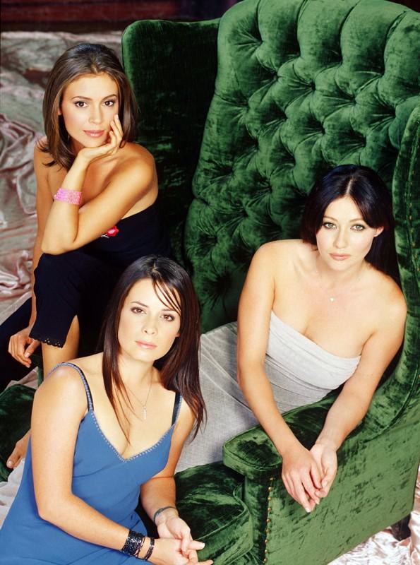 Holly Marie Combs, Shannen Doherty e Alyssa Milano in un'immagine promo della season 2 di Charmed
