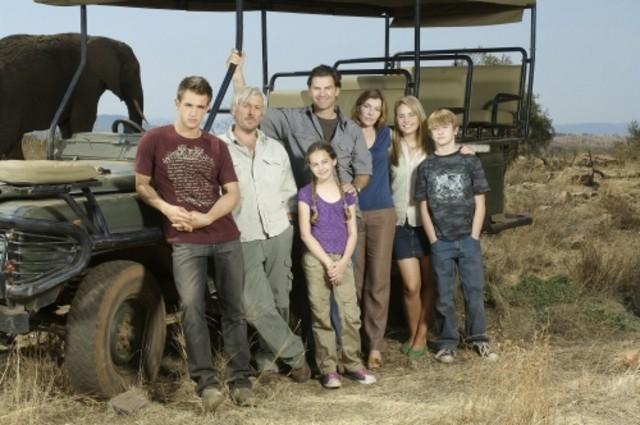 Il cast di Life is Wild in una foto promozionale della serie