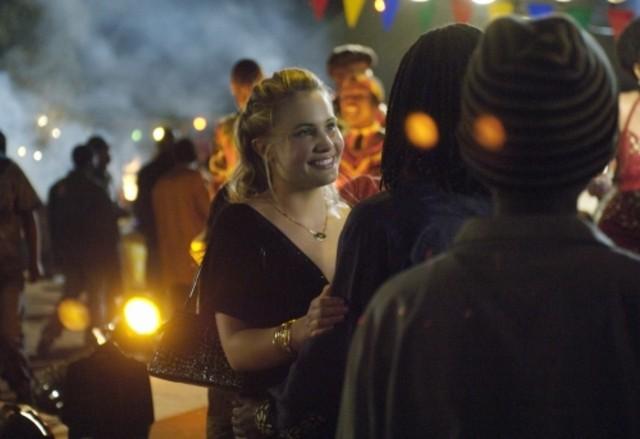 Leah Pipes in una scena dell'episodio Heritage Day de L'africa nel cuore