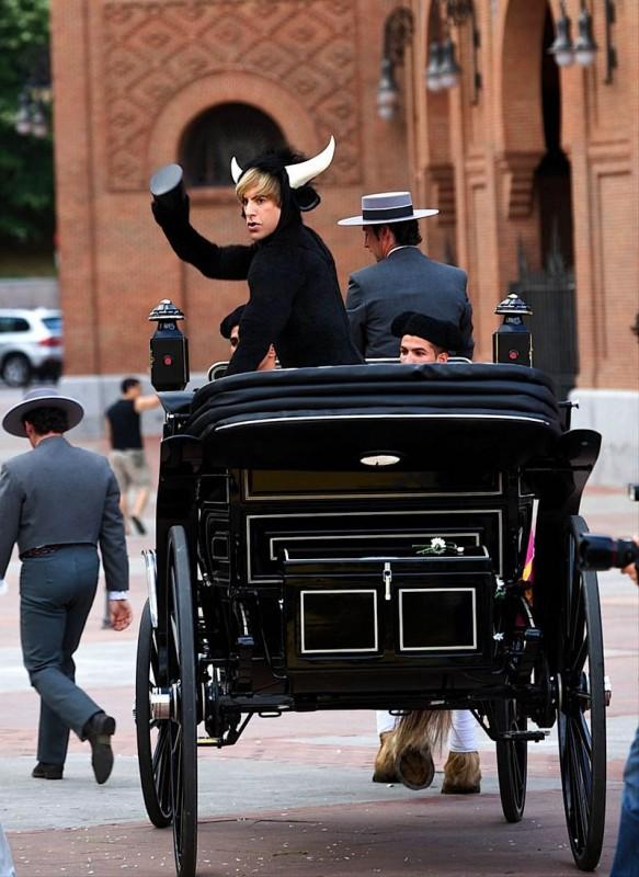 Sacha Baron Cohen nei panni di Brüno, all'anteprima spagnola del film, mentre sfoggia un outfit adatto alle circostanze