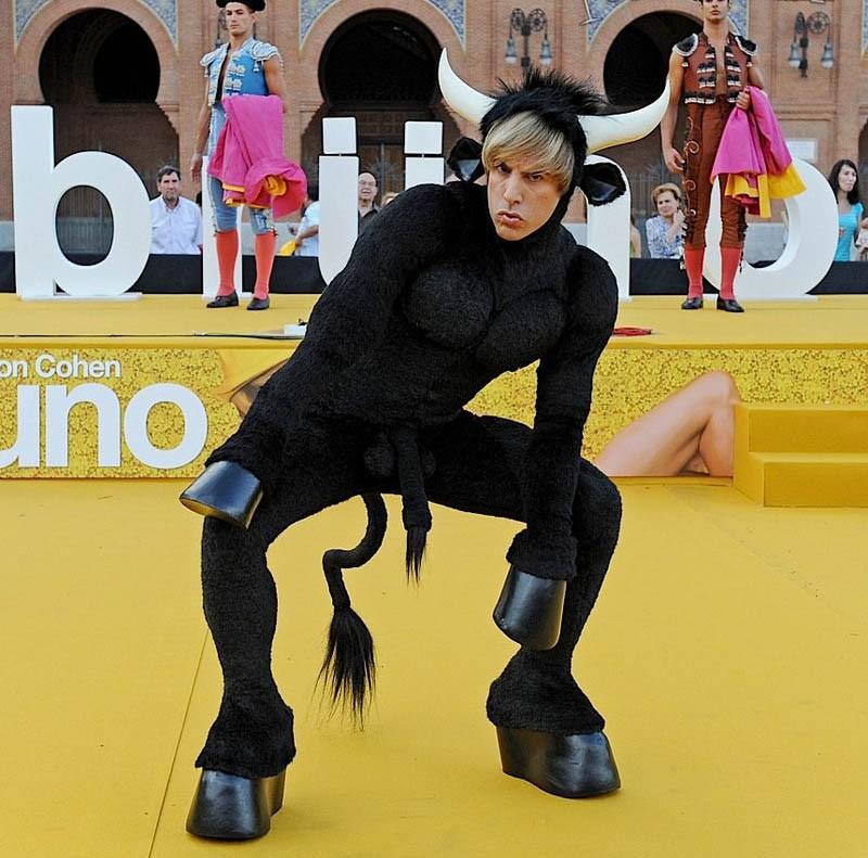 Sacha Baron Cohen nei panni di Brüno, con un costume da torello 'accessoriato' alla premiere spagnola del film