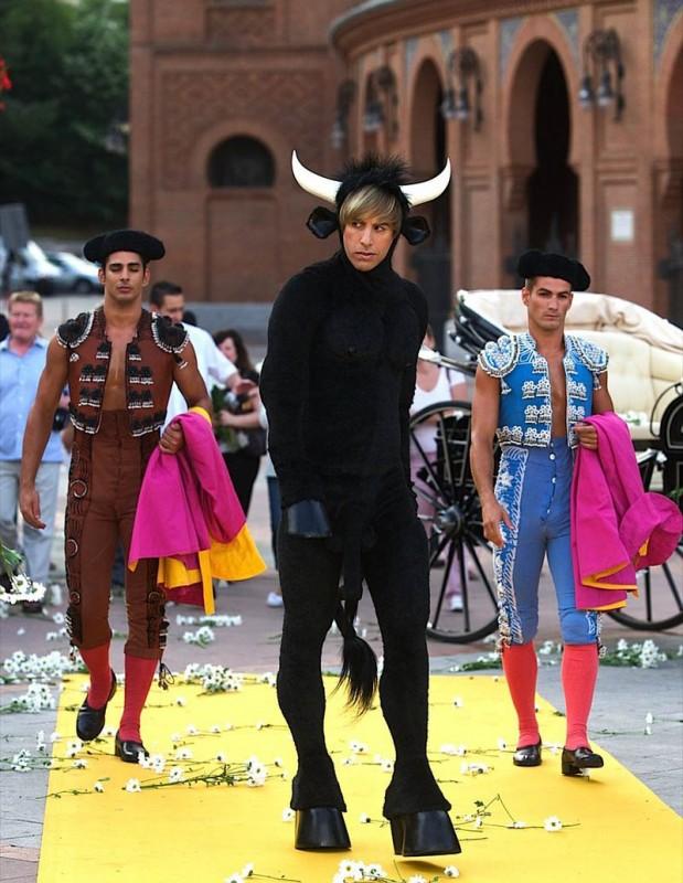 Sacha Baron Cohen nei panni di Brüno, con un costume da torello alla premiere spagnola del film, accompagnato da due sexy toreador