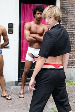Sacha Baron Cohen nei panni di Brüno posa davanti a un bordello nel quartiere a luci rosse di Amsterdam