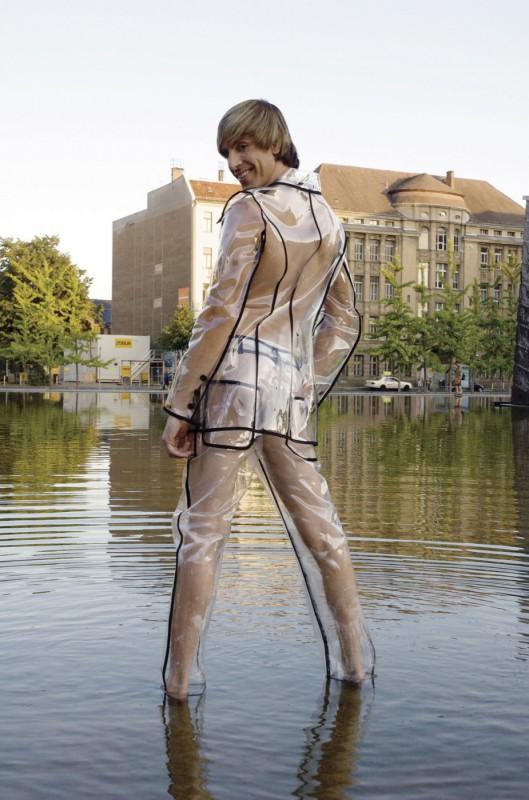 Un vestito trasparente per Sacha Baron Cohen nei panni di Brüno