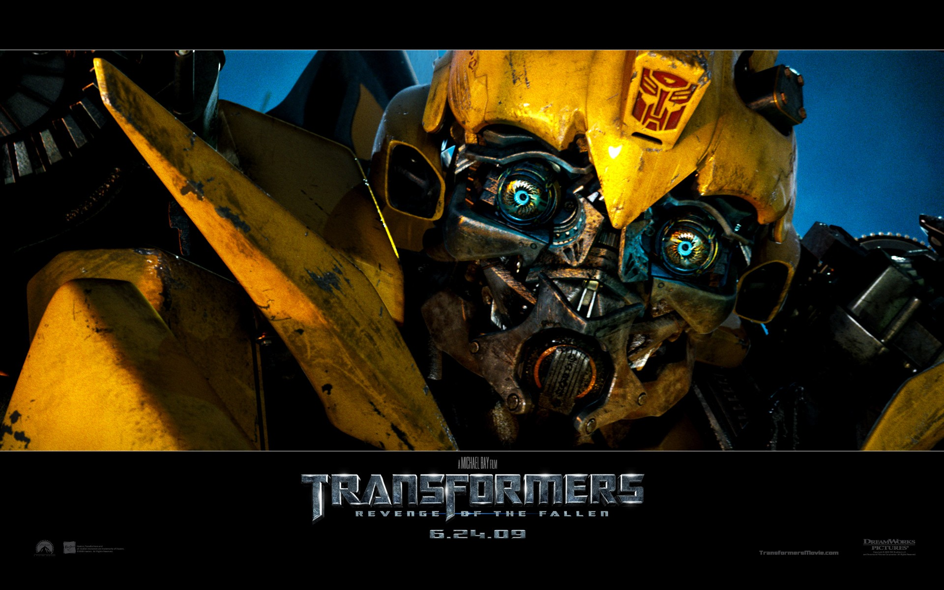 Un wallpaper con in primo piano Bumblebee del film Transformers - La vendetta del caduto